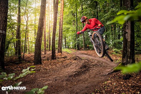 Im Downhill verführte das mit 130mm Federweg ausgestattete E-Bike zu Spielereien.