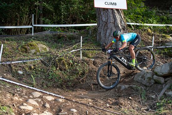 Nathalie Schneitter holt sich bei der Generalprobe zur UCI E-MTB WM in Val die Sole den Sieg