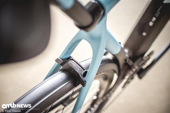 Das Schutzblech wird mit einem leichten Adapter zwischen den Sitzstreben befestigt (hier noch ein 3D-Druck).