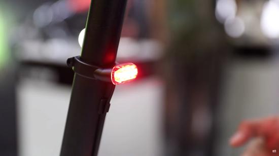 Das Rücklicht Lupine C14 ist in die Sattelklemme integriert und sorgt damit für eine sehr reduzierte, aufgeräumte Optik am E-Bike.