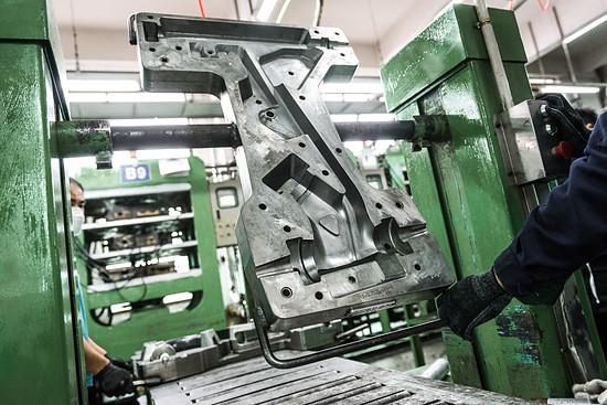 Die massiven Formteile sind so schwer, dass sie nur maschinell bewegt werden können.