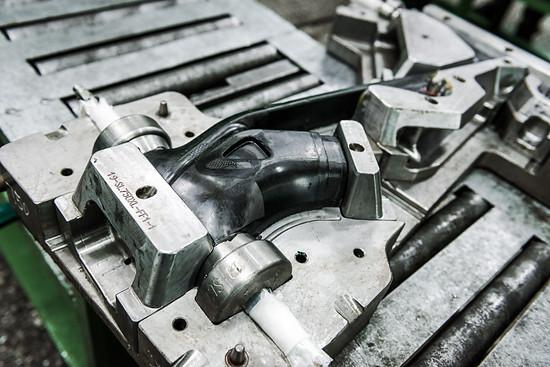 Das Oberrohr des R.X750 in Größe XL nach dem Backen im Ofen und dem Öffnen der Form.