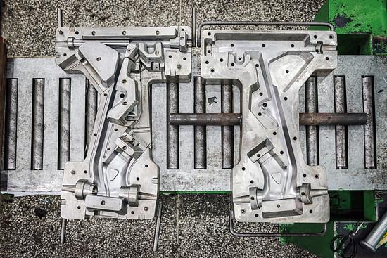 Hier ist die offene Form für die obere Rahmenhälfte eines R.X750 in XL zu sehen.