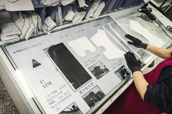 An überdimensionalen Touch Bildschirmen werden die Zuschnitte im Rahmen der Qualitätssicherung platziert.