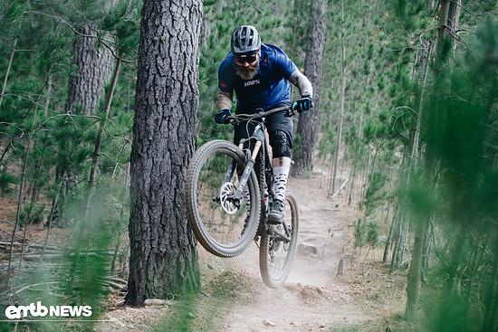 Dank des geringen Gewichts und des ausgewogenen Balancing haben wir jede Menge Spaß auf dem Trail