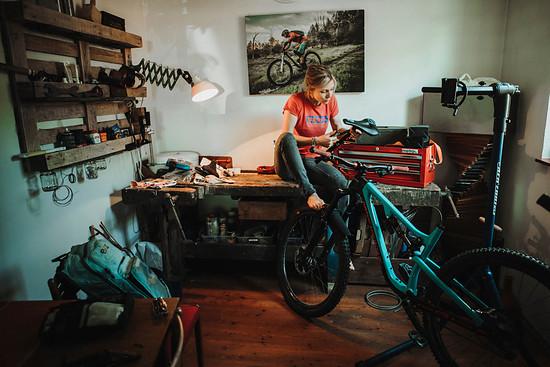 Julia schraubt ganz gern an ihren Bikes. Sie hat für diesen Zweck ein kleines Zimmer zur Werkstatt umfunktioniert.