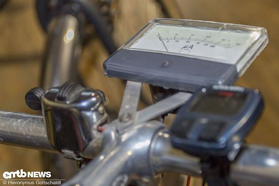 Anstatt Tacho mit Geschwindigkeitsanzeige gab es seiner Zeit ein Strommessgerät.