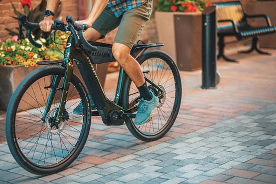 Im urbanen Raum kann das E-Gravel-Bike bequem in aufrechter Sitzposition gefahren werden.
