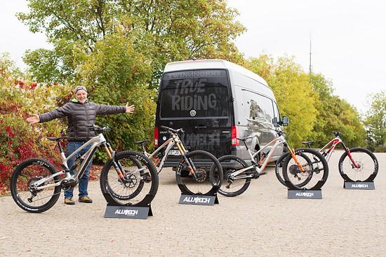 Jürgen mit seinem neuen E-Bike sowie drei neuen MTB-Modellen!