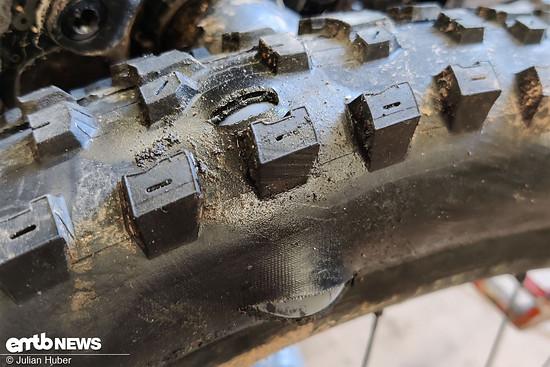 Der Maxxis Dissector am Hinterrad wurde als Tubeless-Montage von der kantigen Felge auf dem S2 Trail vernichtet.