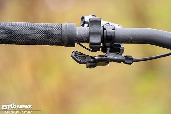 Canyon verzichtet auf den Shifter-ähnlichen Shimano Trigger und setzt auf die kompakte E7000-Eingabe, wodurch Platz für einen ergonomischen Hebel für die Sattelstütze bleibt