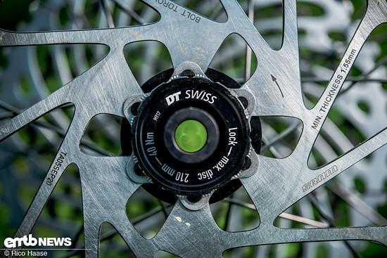 DT Swiss hat die Naben im HXC 1501 SPLINE ONE für Centerlock- oder 6-Loch-Scheiben im Programm.