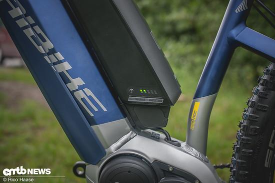 Der zusätzliche Akku kann natürlich am E-Bike geladen werden